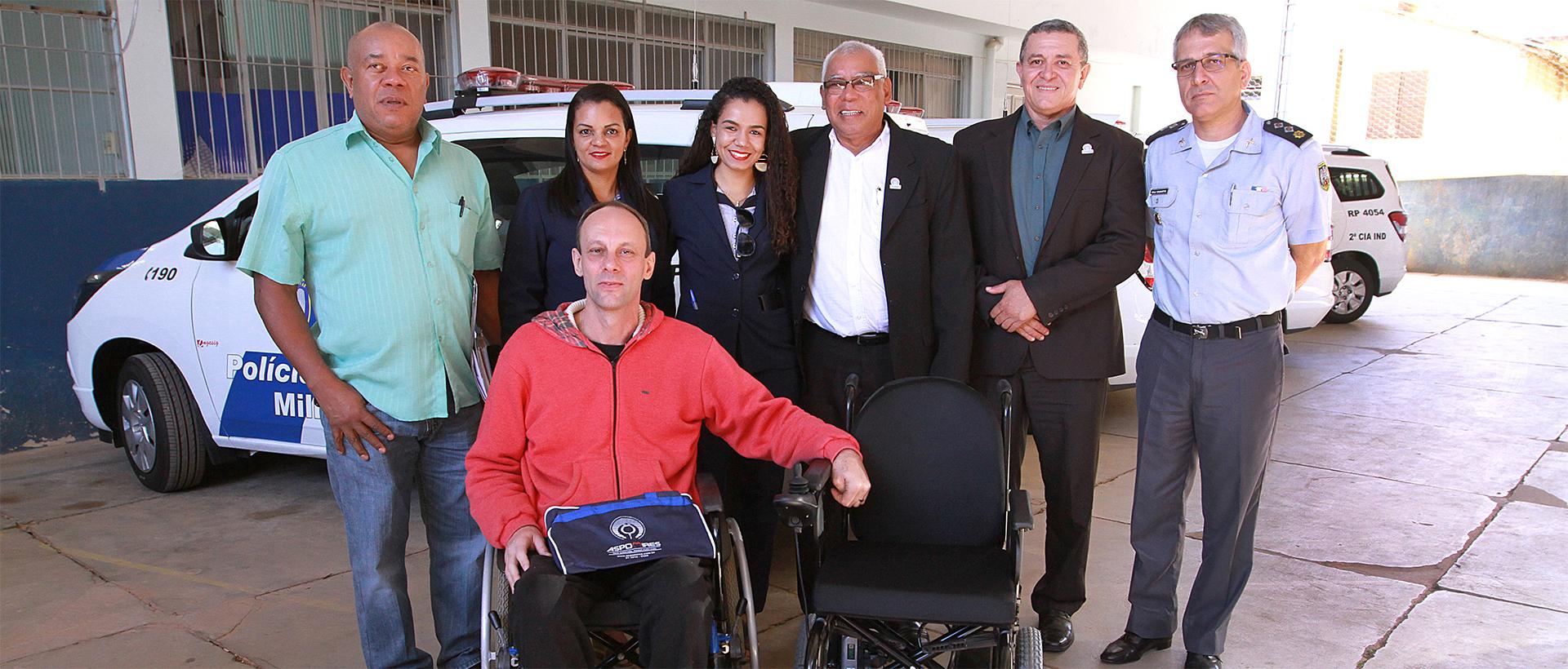 Aspomires entrega cadeira elétrica a associado de Afonso Claudio